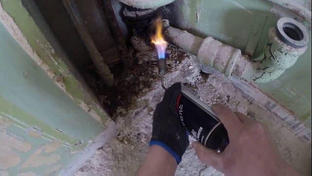 Как разобрать чугунную канализацию при помощи горелки.