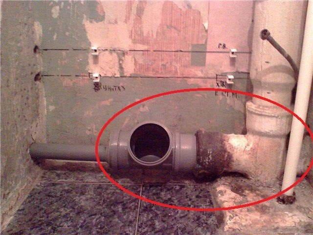 Замена тройника в канализационном стояке с применением ПВХ, который в свою очередь выходит из чугунного элемента.