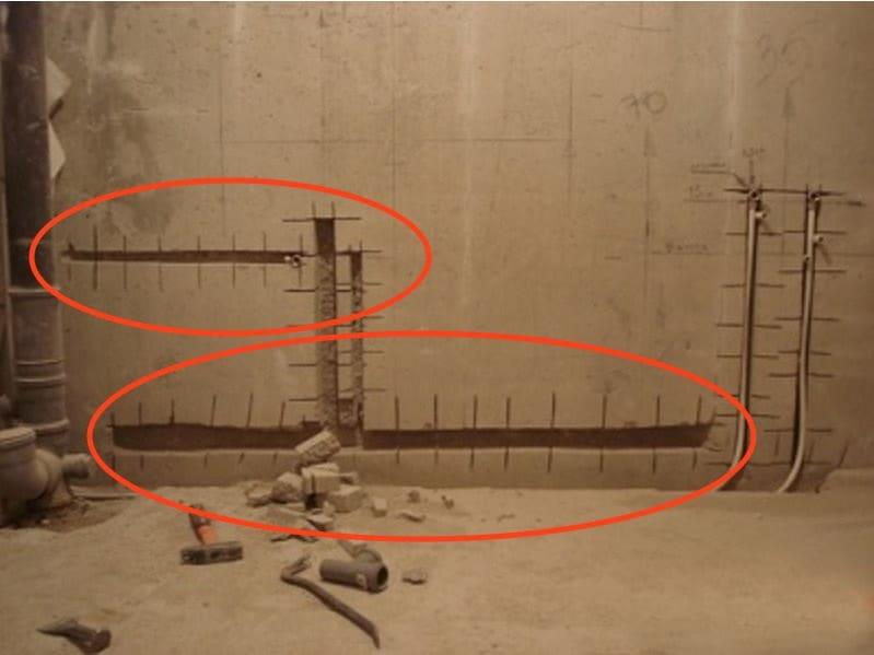 Один из способов, как закрыть канализационную трубу в туалете, является (штроба) стен.