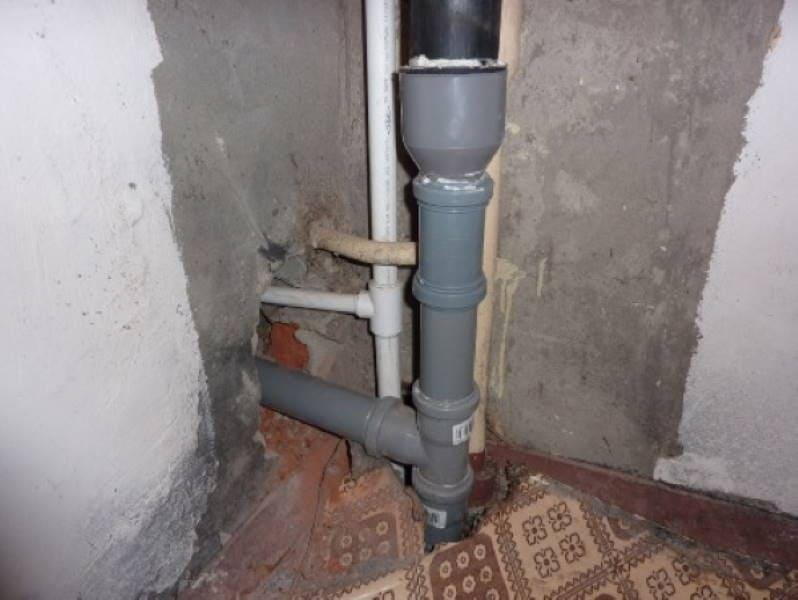 Наглядный пример, как происходит замена тройника в канализационном стояке из ПВХ элементов.