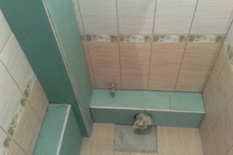 Вариант, как закрыть канализационную трубу в туалете с помощью гипсокартона.