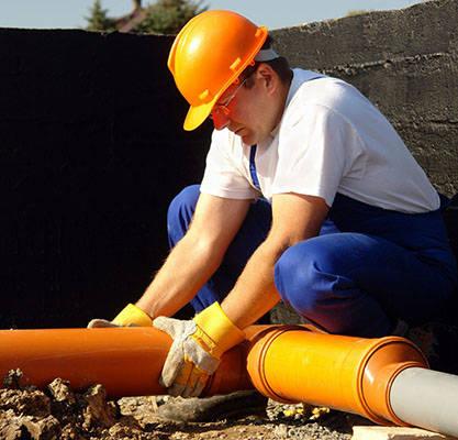 Если не уверены в своих силах и знаниях, на рынке существуют специализированные компании по монтажу коммуникаций. Ведь система водоснабжения и канализации требует определенного внимания и навыков при сборке.