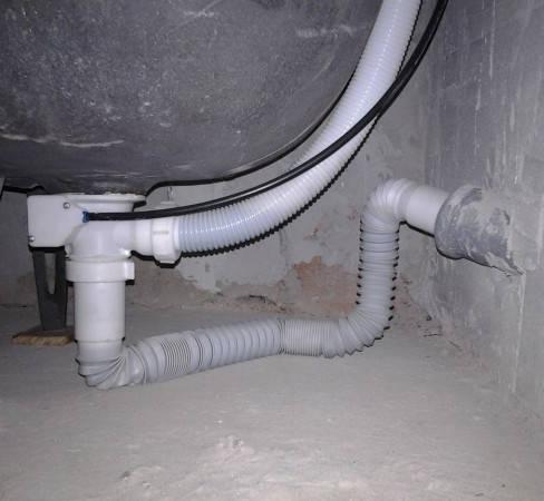 В монтаже к ванной, если уровень слива ванны и канализации разный, используется гибкий сифон.